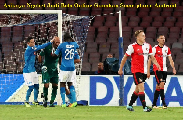 Asiknya Ngebet Judi Bola Online Gunakan Smartphone Android